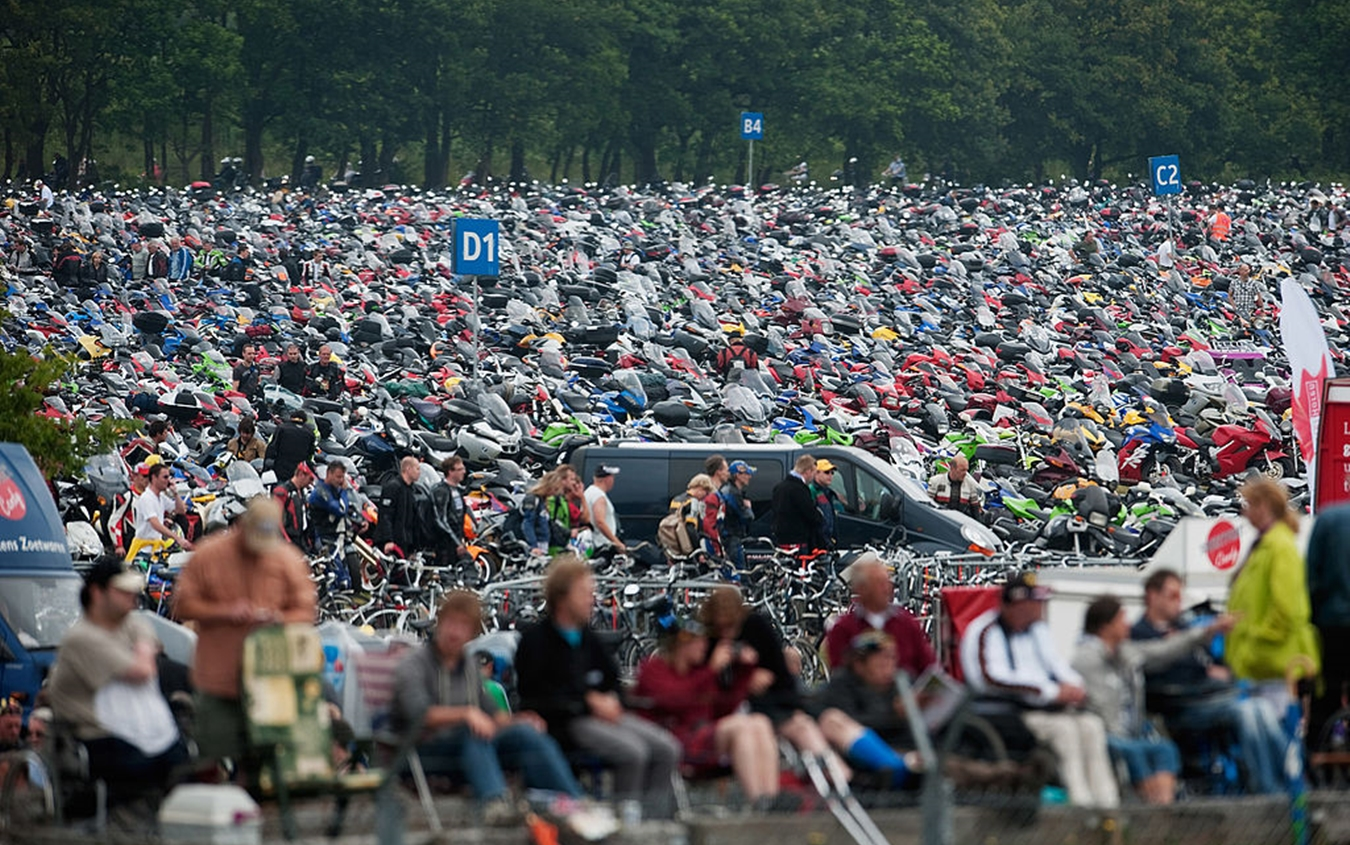 Le migliaia di moto e biciclette parcheggiate in prossimità del circuito olandese