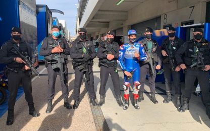Rins, foto con la Guardia Civil prima della gara