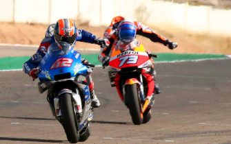 epa08755379 Spanish MotoGP rider Alex Rins (L) of the Suzuki Ecstar team is on his way to win the Motorcycling Grand Prix of Aragon at Motorland circuit in Alcaniz, Spain, 18 October 2020. Rins won ahead of second placed compatriot Alex Marquez (R) of the Repsol Honda Team.  EPA/JAVIER CEBOLLADA