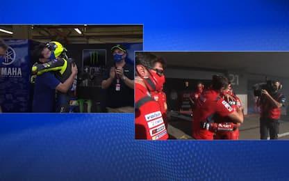 Rossi e Dovi, abbracci emozionanti ai box. VIDEO