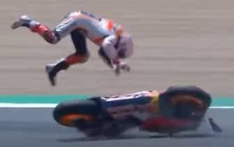 Il fermo immagine preso da un video postato su Youtube mostra la brutta caduta di Marc Marquez mentre era in rimonta sulle prime posizioni nel Gp di Spagna a Jerez, 19 luglio 2020.  FERMO IMMAGINE VIDEO YOUTUBE +++ ATTENZIONE LA FOTO NON PUO' ESSERE PUBBLICATA O RIPRODOTTA SENZA L'AUTORIZZAZIONE DELLA FONTE DI ORIGINE CUI SI RINVIA +++ ++ HO - NO SALES, EDITORIAL USE ONLY ++