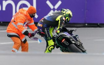epa08735767 Italian MotoGP rider Valentino Rossi (R) of Monster Energy Yamaha Moto GP reacts after falling during the motorcycling Grand Prix of France in Le Mans, France, 11 October 2020.  EPA/EDDY LEMAISTRE