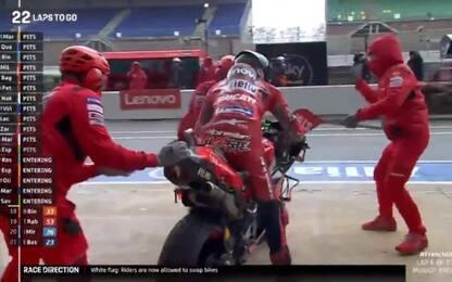 Pioggia a Le Mans, tutti cambiano moto: gara LIVE