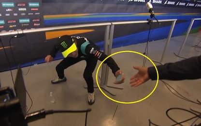 """Cade il telefono, Rossi lo raccoglie: """"È salvo"""""""