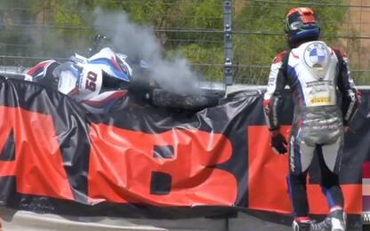 Van der Mark, moto in fumo sulle barriere. VIDEO