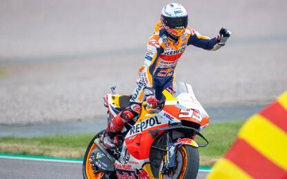 La pioggia e la forza di Marquez: il meglio del GP