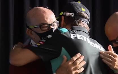 Rossi, il commosso abbraccio con Ezpeleta. VIDEO