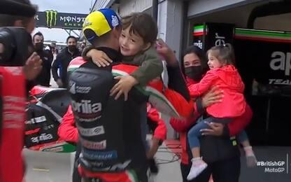 Espargaró corre ai box per abbracciare i figli