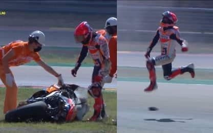 Marquez cade e reagisce con un saltello di stizza