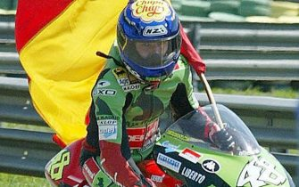 Spanish rider Jorge Lorenzo on Derbi carries the Spanish flag, 20 September 2003, after winning  Rio's GP in the125cc category.   AFP PHOTO VANDERLEI ALMEIDA  (Photo credit should read VANDERLEI ALMEIDA/AFP via Getty Images)