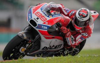 Ducati Team's Spanish rider Jorge Lorenzo steers his bike after taking a corner during the last day of 2017 MotoGP pre-season test at the Sepang International Circuit on February 1, 2017. / AFP PHOTO / MOHD RASFAN        (Photo credit should read MOHD RASFAN/AFP via Getty Images)