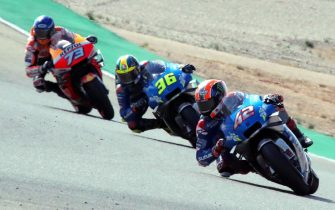 epa08755409 Spanish MotoGP rider Alex Rins (R) of the Suzuki Ecstar team is on his way to win the Motorcycling Grand Prix of Aragon at Motorland circuit in Alcaniz, Spain, 18 October 2020. Rins won ahead of second placed compatriot Alex Marquez (L) of the Repsol Honda Team and his third placed teammate Joan Mir (C).  EPA/JAVIER CEBOLLADA