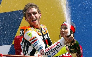 20020602-MUGELLO (SCARPERIA)-SPR: GRAN PREMIO D'ITALIA DI MOTOCICLISMO-MOTO GP. L'italiano Valentino Rossi festeggiala sua vittoria sul Podio, spruzzando dello spumante , nella categoria MotoGP.                               CLAUDIO ONORATI/ANSA/on