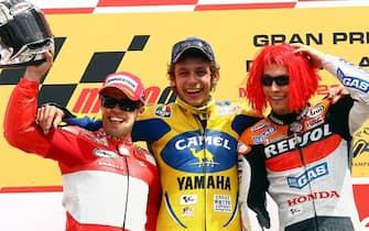 scarperia 4/6/2006 gran premio d'italia moto gp da (s) loris capirossi secondo classificato valentino rossi primo classificato (d) nicki hayden terzo classificato ansa carlo ferraro