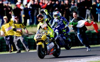 Valentino Rossi of Italy punches the air after winning the 2001 500cc Australian Motorcyle Grand Prix and clinching his first 500cc World Title, in Phillip Island 14 October 2001.        AFP PHOTO/John MORRIS (Photo by JOHN MORRIS / AFP) (Photo by JOHN MORRIS/AFP via Getty Images)