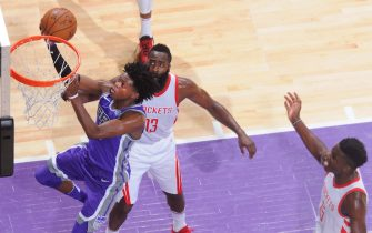 SACRAMENTO, CA - OCTOBER 18: De'Aaron Fox #5 of the Sacramento Kings shoots a layup against the Houston Rockets on October 18, 2017 at Golden 1 Center in Sacramento, California. NOTE TO USER: User expressly acknowledges and agrees that, by downloading and or using this photograph, User is consenting to the terms and conditions of the Getty Images Agreement. Mandatory Copyright Notice: Copyright 2017 NBAE (Photo by Rocky Widner/NBAE via Getty Images)