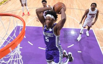 SACRAMENTO, CA - FEBRUARY 8: De'Aaron Fox #5 of the Sacramento Kings dunks against the Miami Heat on February 8, 2019 at Golden 1 Center in Sacramento, California. NOTE TO USER: User expressly acknowledges and agrees that, by downloading and or using this photograph, User is consenting to the terms and conditions of the Getty Images Agreement. Mandatory Copyright Notice: Copyright 2019 NBAE (Photo by Rocky Widner/NBAE via Getty Images)