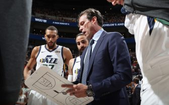 SALT LAKE CITY, UT - APRIL 5:  Head Coach Quin Snyder of the Utah Jazz huddles with the team prior to the game against the Sacramento Kings on April 5, 2019 at vivint.SmartHome Arena in Salt Lake City, Utah. NOTE TO USER: User expressly acknowledges and agrees that, by downloading and or using this Photograph, User is consenting to the terms and conditions of the Getty Images License Agreement. Mandatory Copyright Notice: Copyright 2019 NBAE (Photo by Melissa Majchrzak/NBAE via Getty Images)