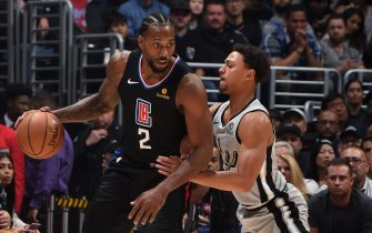 LOS ANGELES, CA - OCTOBER 31: Kawhi Leonard #2 of the LA Clippers handles the ball against the San Antonio Spurs on October 31, 2019 at STAPLES Center in Los Angeles, California. NOTE TO USER: User expressly acknowledges and agrees that, by downloading and/or using this Photograph, user is consenting to the terms and conditions of the Getty Images License Agreement. Mandatory Copyright Notice: Copyright 2019 NBAE (Photo by Adam Pantozzi/NBAE via Getty Images)