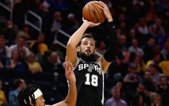 SAN FRANCISCO, CALIFORNIA - NOVEMBER 01:  Marco Belinelli #18 of the San Antonio Spurs shoots over Damion Lee #1 of the Golden State Warriors at Chase Center on November 01, 2019 in San Francisco, California.  NOTE TO USER: User expressly acknowledges and agrees that, by downloading and or using this photograph, User is consenting to the terms and conditions of the Getty Images License Agreement. (Photo by Ezra Shaw/Getty Images)