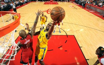 SAN ANTONIO, TX - NOVEMBER 6: Alec Burks #8 of the Golden State Warriors shoots the ball against the Houston Rockets on November 6, 2019 at the Toyota Center in San Antonio, Texas. NOTE TO USER: User expressly acknowledges and agrees that, by downloading and or using this photograph, User is consenting to the terms and conditions of the Getty Images License Agreement. Mandatory Copyright Notice: Copyright 2019 NBAE (Photo by Bill Baptist/NBAE via Getty Images)