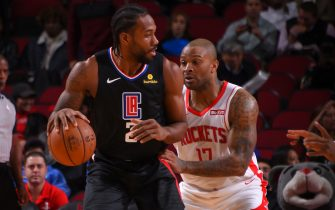 HOUSTON, TX - NOVEMBER 13 : Kawhi Leonard #2 of the LA Clippers handles the ball against the Houston Rockets on November 13, 2019 at the Toyota Center in Houston, Texas. NOTE TO USER: User expressly acknowledges and agrees that, by downloading and or using this photograph, User is consenting to the terms and conditions of the Getty Images License Agreement. Mandatory Copyright Notice: Copyright 2019 NBAE (Photo by Bill Baptist/NBAE via Getty Images)