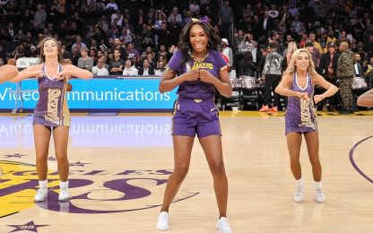 Venus Williams show con le cheerleaders dei Lakers