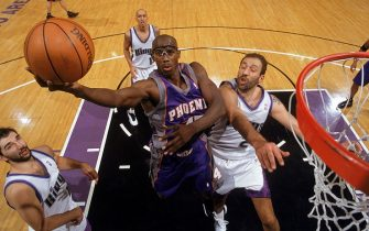 SACRAMENTO, CA - DECEMBER 17:  Bo Outlaw #45 of the Phoenix Suns takes the layup over Vlade Divac #21 of the Sacramento Kings during the game at Arco Arena on December 17, 2002 in Sacramento, California. The Kings defeated the Suns 95-86.  NOTE TO USER: User expressly acknowledges and agrees that, by downloading and/or using this Photograph, User is consenting to the terms and conditions of the Getty Images License Agreement.  Mandatory copyright notice: Copyright 2002 NBAE  (Photo by: Rocky Widner/NBAE via Getty Images)