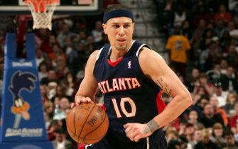 CLEVELAND - MARCH 21: Mike Bibby #10 of the Atlanta Hawks drives to the basket against the Cleveland Cavaliers at The Quicken Loans Arena on March 21, 2009 in Cleveland, Ohio. NOTE TO USER: User expressly acknowledges and agrees that, by downloading and/or using this Photograph, user is consenting to the terms and conditions of the Getty Images License Agreement. Mandatory Copyright Notice: Copyright 2009 NBAE (Photo by David Liam Kyle/NBAE via Getty Images)
