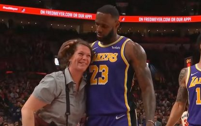 James travolge la cameriera, poi l'abbraccia VIDEO