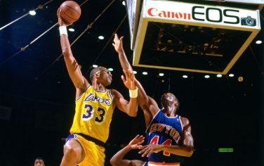 INGLEWOOD, CA - JANUARY 22: Kareem Abdul-Jabbar #33 of the Los Angeles Lakers shoots the ball against the New York Knicks on January 22, 1988 at The Forum in Inglewood, California. NOTE TO USER: User expressly acknowledges and agrees that, by downloading and/or using this photograph, user is consenting to the terms and conditions of the Getty Images License Agreement. Mandatory Copyright Notice: Copyright 1988 NBAE (Photo by Andrew D. Bernstein/NBAE via Getty Images)