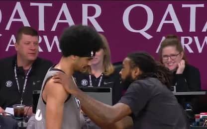 Jordan fa da parrucchiere a Jarrett Allen. VIDEO