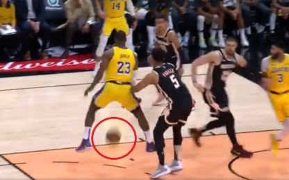 LeBron, assist pazzesco sotto le gambe. VIDEO