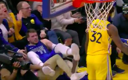 Chriss spinge Doncic: il n°77 vola a terra. VIDEO