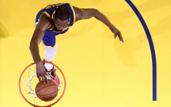OAKLAND, CALIFORNIA - APRIL 24:  Kevin Durant #35 of the Golden State Warriors dunks against the LA Clippers during Game Five of the first round of the 2019 NBA Western Conference Playoffs at ORACLE Arena on April 24, 2019 in Oakland, California. NOTE TO USER: User expressly acknowledges and agrees that, by downloading and or using this photograph, User is consenting to the terms and conditions of the Getty Images License Agreement. (Photo by Ezra Shaw/Getty Images)