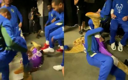 Bucks, wrestling con la mascotte dei Kings. VIDEO