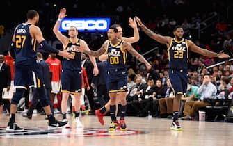 Gli Utah Jazz festeggiano a centrocampo