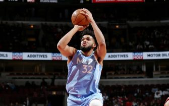 CHICAGO, IL - JANUARY 22: Karl-Anthony Towns #32 of the Minnesota Timberwolves drives to the basket against the Chicago Bulls on January 22, 2020 at the United Center in Chicago, Illinois. NOTE TO USER: User expressly acknowledges and agrees that, by downloading and or using this photograph, user is consenting to the terms and conditions of the Getty Images License Agreement.  Mandatory Copyright Notice: Copyright 2020 NBAE (Photo by Gary Dineen/NBAE via Getty Images)