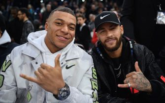 (L/R): Paris Saint-Germain's French forward Kylian Mbappe and Paris Saint-Germain's Brazilian forward Neymar pose ahead of the NBA basketball match between Milwakuee Bucks and Charlotte Hornets at The AccorHotels Arena in Paris on January 24, 2020. (Photo by FRANCK FIFE / AFP) (Photo by FRANCK FIFE/AFP via Getty Images)