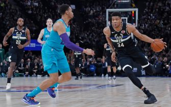 PARIS, FRANCE - JANUARY 24: Giannis Antetokounmpo #34 of the Milwaukee Bucks drives to the basket against the Charlotte Hornets as part of NBA Paris Games 2020 on January 24, 2020 in Paris, France at the AccorHotels Arena. NOTE TO USER: User expressly acknowledges and agrees that, by downloading and/or using this Photograph, user is consenting to the terms and conditions of the Getty Images License Agreement. Mandatory Copyright Notice: Copyright 2020 NBAE (Photo by Catherine Steenkeste/NBAE via Getty Images)