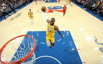 PHILADELPHIA, PA - JANUARY 25: LeBron James #23 of the Los Angeles Lakers dunks the ball against the Philadelphia 76ers on January 25, 2020 at the Wells Fargo Center in Philadelphia, Pennsylvania NOTE TO USER: User expressly acknowledges and agrees that, by downloading and/or using this Photograph, user is consenting to the terms and conditions of the Getty Images License Agreement. Mandatory Copyright Notice: Copyright 2020 NBAE (Photo by Nathaniel S. Butler/NBAE via Getty Images)