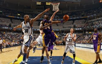 MEMPHIS, TN - MARCH 22:   Kobe Bryant #24 of the Los Angeles Lakers shoots a layup past Dahntay Jones #30 of the Memphis Grizzlies on March 22, 2007 at FedExForum in Memphis, Tennessee.  NOTE TO USER: User expressly acknowledges and agrees that, by downloading and or using this photograph, User is consenting to the terms and conditions of the Getty Images License Agreement. Mandatory Copyright Notice: Copyright 2007 NBAE  (Photo by Joe Murphy/NBAE via Getty Images)