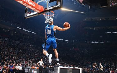 TORONTO, CANADA - FEBRUARY 13: Aaron Gordon #00 of the Orlando Magic dunks the ball during the Verizon Slam Dunk Contest during State Farm All-Star Saturday Night as part of the 2016 NBA All-Star Weekend on February 13, 2016 at Air Canada Centre in Toronto, Ontario, Canada. NOTE TO USER: User expressly acknowledges and agrees that, by downloading and/or using this photograph, user is consenting to the terms and conditions of the Getty Images License Agreement.  Mandatory Copyright Notice: Copyright 2016 NBAE (Photo by Nathaniel S. Butler/NBAE via Getty Images)