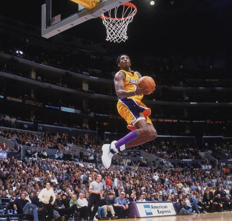 Kobe Bryant vola a schiacciare contro Sacramento nel 2001