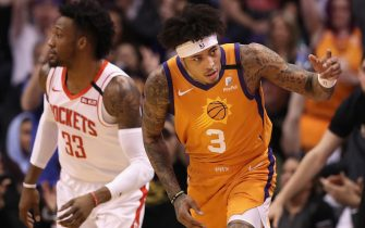 PHOENIX, ARIZONA - FEBRUARY 07: Kelly Oubre Jr. #3 of the Phoenix Suns reacts after hitting a three point shot over Robert Covington #33 of the Houston Rockets during the first half of the NBA game at Talking Stick Resort Arena on February 07, 2020 in Phoenix, Arizona. NOTE TO USER: User expressly acknowledges and agrees that, by downloading and or using this photograph, user is consenting to the terms and conditions of the Getty Images License Agreement. Mandatory Copyright Notice: Copyright 2020 NBAE. (Photo by Christian Petersen/Getty Images)