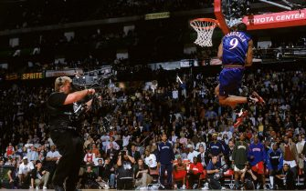 HOUSTON - FEBRUARY 18:  Andre Iguodala #9 of the Philadelphia 76ers performs a dunk during the Sprite Rising Stars Slam Dunk Contest on All-Star Saturday Night during the 2006 All-Star Weekend at Toyota Center on February 18, 2006 in Houston, Texas.  NOTE TO USER: User expressly acknowledges and agrees that, by downloading and/or using this Photograph, user is consenting to the terms and conditions of the Getty Images License Agreement. Mandatory Copyright Notice: Copyright 2006 NBAE (Photo by Andrew D. Bernstein/NBAE via Getty Images) *** Local Caption *** Andre Iguodala