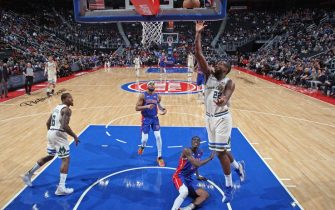 DETROIT, MI - DECEMBER 4: Khris Middleton #22 of the Milwaukee Bucks shoots the ball against the Detroit Pistons on December 4, 2019 at Little Caesars Arena in Detroit, Michigan. NOTE TO USER: User expressly acknowledges and agrees that, by downloading and/or using this photograph, User is consenting to the terms and conditions of the Getty Images License Agreement. Mandatory Copyright Notice: Copyright 2019 NBAE (Photo by Brian Sevald/NBAE via Getty Images)