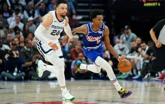 SACRAMENTO, CALIFORNIA - FEBRUARY 20: De'Aaron Fox #5 of the Sacramento Kings runs up the court against Dillon Brooks #24 of the Memphis Grizzlies during a fast break in the second half at Golden 1 Center on February 20, 2020 in Sacramento, California. NOTE TO USER: User expressly acknowledges and agrees that, by downloading and/or using this photograph, user is consenting to the terms and conditions of the Getty Images License Agreement. (Photo by Daniel Shirey/Getty Images)