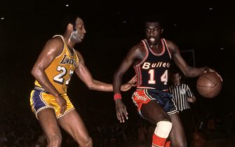 BALTIMORE, MD - 1967: Earl Monroe #14 of the Baltimore Bullets shoots against the Los Angeles Lakers circa 1967 at the Baltimore Civic Center in Baltimore, Maryland. NOTE TO USER: User expressly acknowledges and agrees that, by downloading and/or using this Photograph, user is consenting to the terms and conditions of the Getty Images License Agreement. Mandatory Copyright Notice: Copyright 1991 NBAE (Photo by Ken Regan/NBAE via Getty Images)