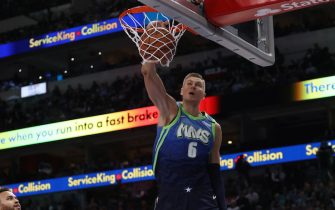DALLAS, TEXAS - MARCH 06:  Kristaps Porzingis #6 of the Dallas Mavericks makes a slam dunk against the Memphis Grizzlies in the second half at American Airlines Center on March 06, 2020 in Dallas, Texas.  NOTE TO USER: User expressly acknowledges and agrees that, by downloading and or using this photograph, User is consenting to the terms and conditions of the Getty Images License Agreement. (Photo by Ronald Martinez/Getty Images)